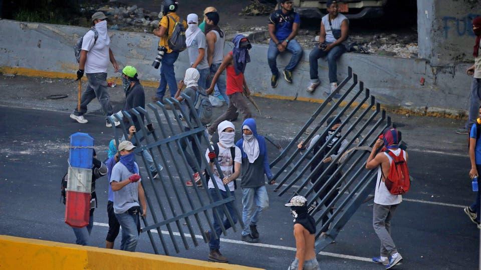 Los manifestantes arman barricadas para defenderse de la policía. Foto: Reuters / Carlos Garcia Rawlins
