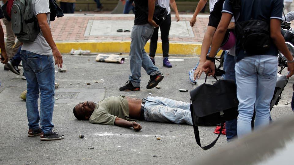 Un hombre fue golpeado por los opositores acusado de robar durante las manifestaciones. Foto: Reuters / Christian Veron