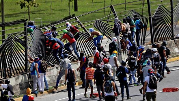 Decenas de manifestantes derribaron las rejas de la base La Carlota, en Caracas, donde anteayer un militar mató al joven David Vallenilla
