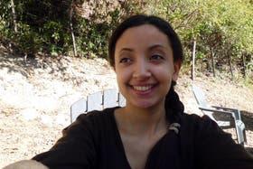 Houria Moumni sonríe despreocupada en un alto de su paseo; horas después sería asesinada