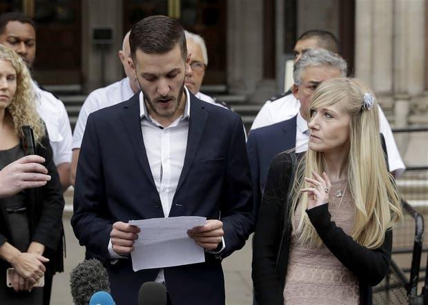 Los padres de Charlie Gard, ayer, frente a la Alta Corte de Londres