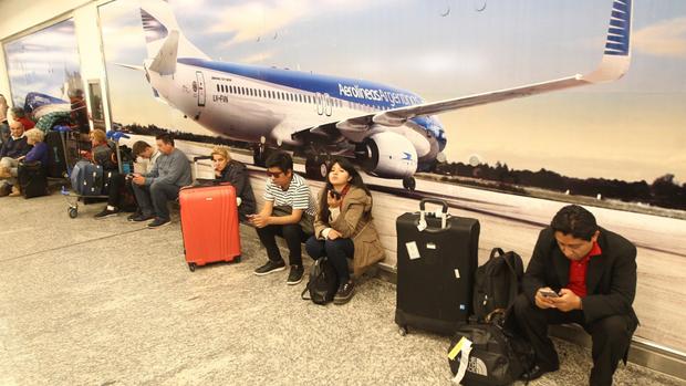 Una imagen recurrente: pasajeros varados en el aeroparque porteño