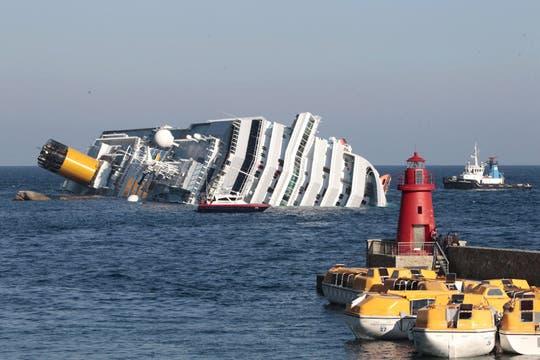 Estaba cerca de la isla de Giglio, en el sur de Toscana, cuando encalló; habría chocado contra una roca. Foto: AP