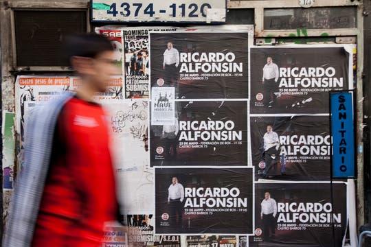 Las calles de la ciudad amanecen repletas de afiches de campaña de cara a las elecciones primarias de agosto. Foto: LA NACION / Ezequiel Muñoz