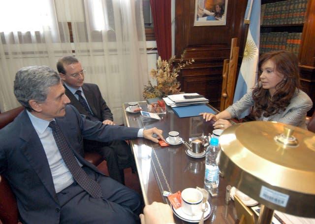 La senadora Cristina Kirchner, en su despacho del Senado en 2004, durante una reunión con el titular de la comisión Mercosur-EU del Parlamento comunitario, Massimo D'Alema, y Angelos Pagkratis, embajador de la UE en la Argentina