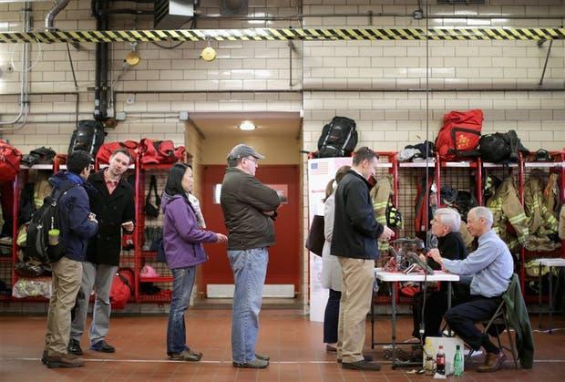 La cola para votar en un cuartel de bomberos de Arlington, Virginia