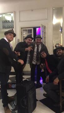 La banda, ante de salir a escena . Foto: LA NACION