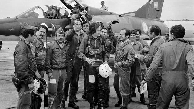 Kasanzew en una cobertura, en 1975, festejando con los pilotos tras haber volado en un Mirage