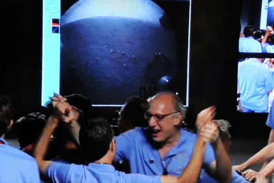 El ingeniero argentino Miguel San Martín es felicitado por su labor durante el descenso del robot. Foto: NASA