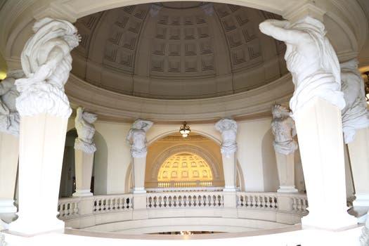 En la entrada del Museo se puede admirar una cúpula de casetones sostenida por ocho atlantes..