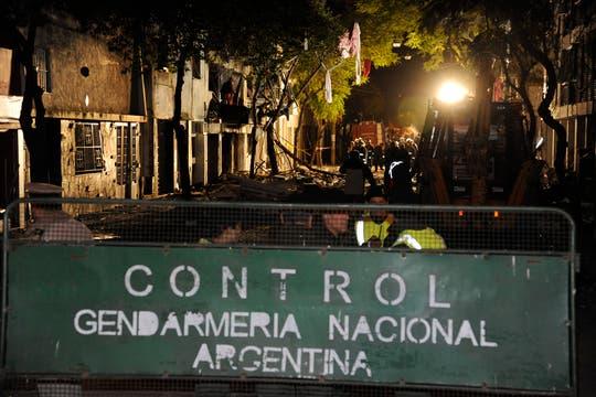 Bomberos y rescatistas trabajan incansablemente buscando vida entre los escombros. Foto: LA NACION / Marcelo Manera