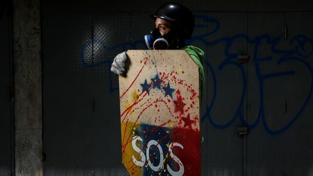 Manifestantes con sus escudos posan para la fotografía