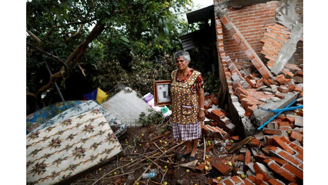María Guzmán, de 70 años, ama de casa, sobre los escombros de su casa en San Jose Platanar