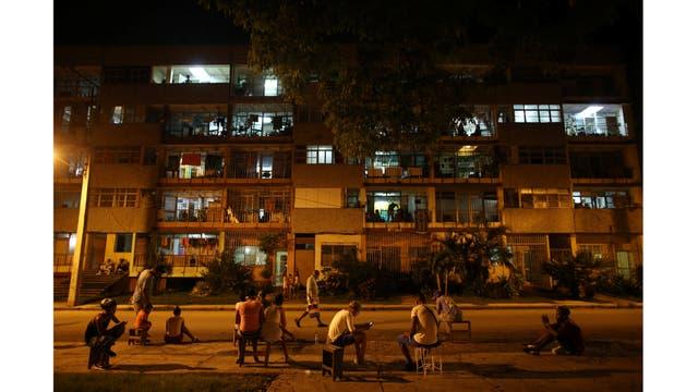 Gente intenta comunicarse con internet en un barrio de La Habana