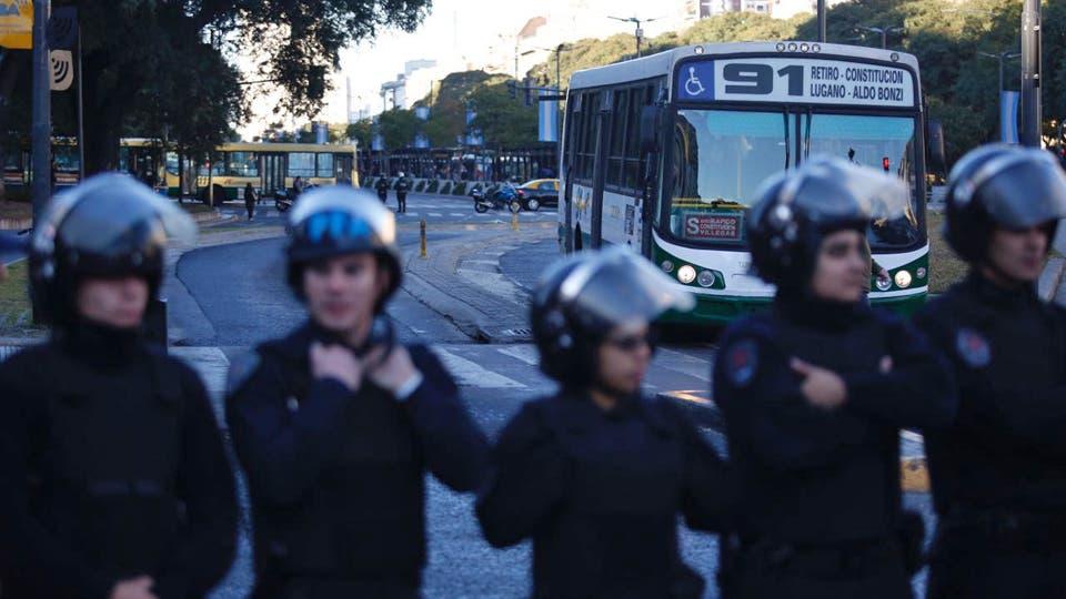 Gran cantidad de policías controlaban el corte en la 9 de Julio. Foto: LA NACION / Emiliano Lasalvia