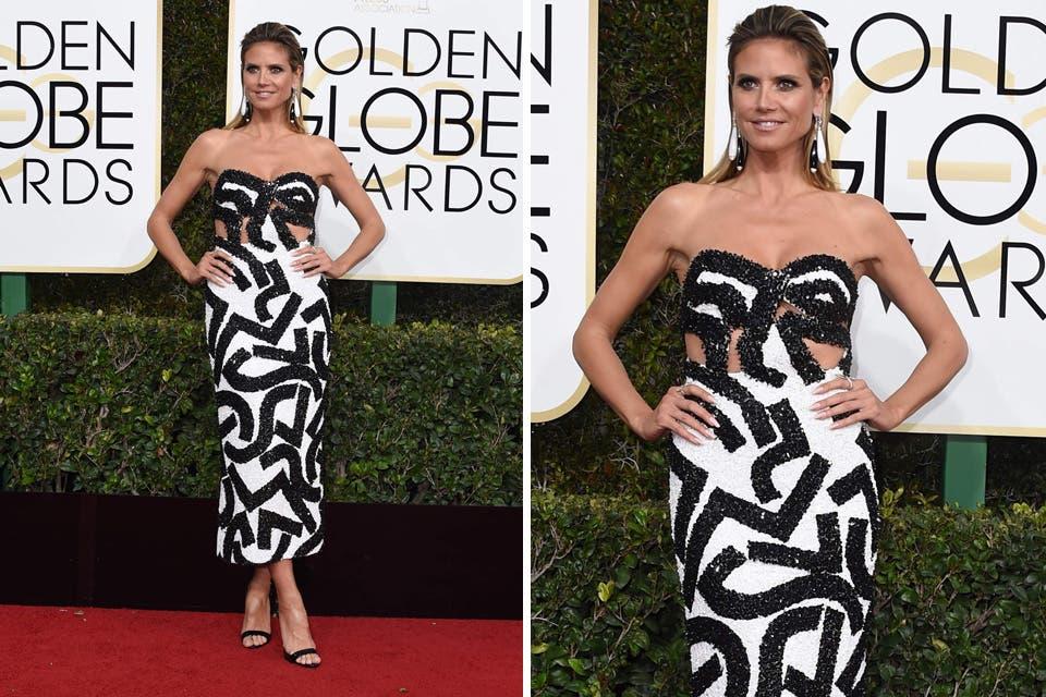 Heidi Klum apostó por un vestido cóctel de J Mendel en blanco y negro, y sandalias de Giuseppe Zanotti. Foto: OHLALÁ! /Reuters, AFP