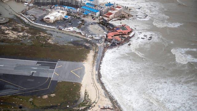 Vista de la pista de aterrizaje de la Isla Saint Martin allí en donde los turistas se acercan a sentir el poder de las turbinas de los aviones al aterrizar