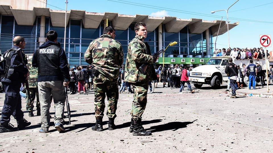 Hubo enfrentamientos con la policía y varios negocios destrozados. Foto: LA NACION / Alejandro Casamayou