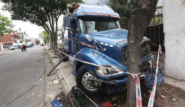 Camión pasó semáforo en rojo y embistió auto: dos muertos