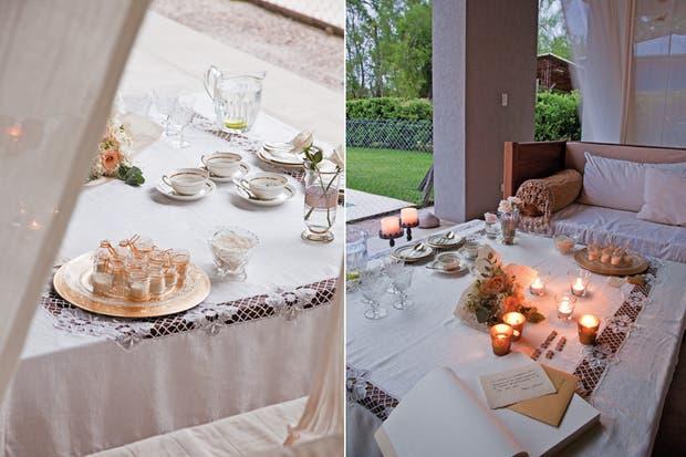 Cómodos sillones con almohadones blancos y dorados (Arq. Silvina Greco), una mesa ratona de gran dimensión y cálidos recursos decorativos que expresan el romanticismo del encuentro.