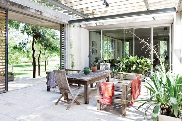 En el patio exterior se puso una piedra más rústica: laja San Luis con junta ancha. Una pérgola se encarga de tamizar los rayos del sol hasta que, de a poco, crezcan las plantas..