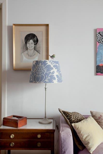 Pía armó una lámpara de mesa usando el pie de un viejo velador y una pantalla de La Serine..  Foto:Living /Daniel Karp