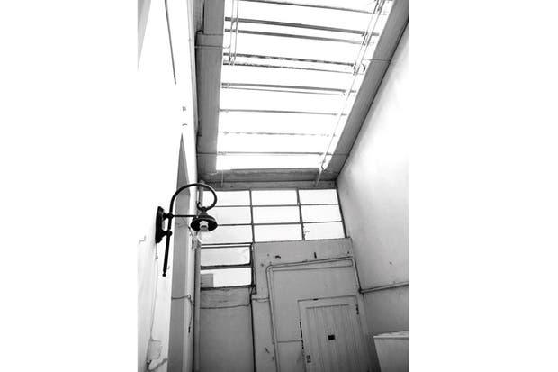 Antes: En el entrepiso –donde había un cuartito mínimo– terminaba la casa. Y el cerramiento era típico de los PH: el techo de chapas se abría con una manija..
