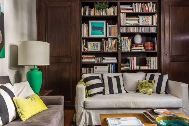 En los sillones, fundas de bull gris topo y blancas (Compañía del Comercio) realizadas por Gloria Furtado.  /Daniel Karp