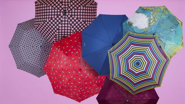 Con ilustraciones de ojos y mapa, rayas, lisos o a lunares, estos son los paraguas de la temporada.