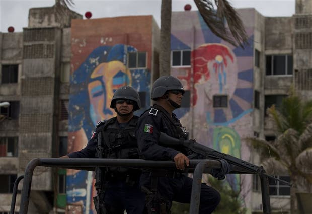 La policía patrulla Coatzacoalcos, donde se produjo una conmocionante masacre