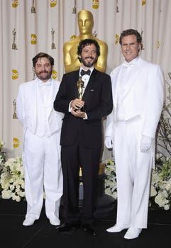 """El neozelandés Bret McKenzie, ganador a mejor canción por """"Man or Muppet"""" de Los Muppets junto a los actores estadounidenses Zach Galifinakis y Will Ferrel. Foto: EFE"""