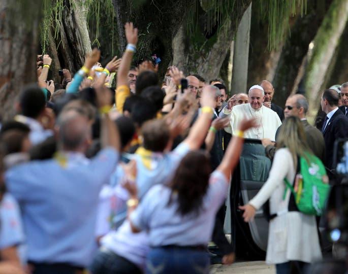 En su quinto día en Brasil, el pontífice confesó a cinco jóvenes y se reunió con presos en el palacio arzobispal. Foto: Reuters