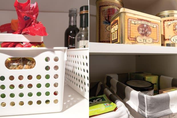 Canastos 'Japón' almacenados con ganchos de plástico (todo de JB Penny). A la derecha, canastos forrados (Básicos Bazar) y una selección de latas con tapa para café, té o galletitas (JB Penny)..