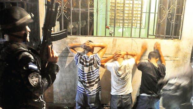 Soldados de las fuerzas especiales estadounidenses capacitan equipos SWAT en Honduras para atacar la delincuencia generada por las pandillas.
