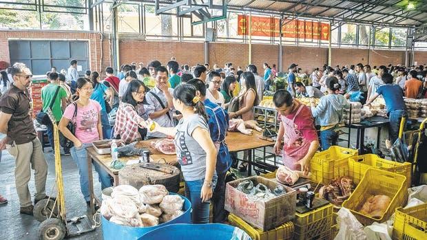 Los mercados chinos abren los domingos en varias ciudades de Venezuela, con productos a precios controlados