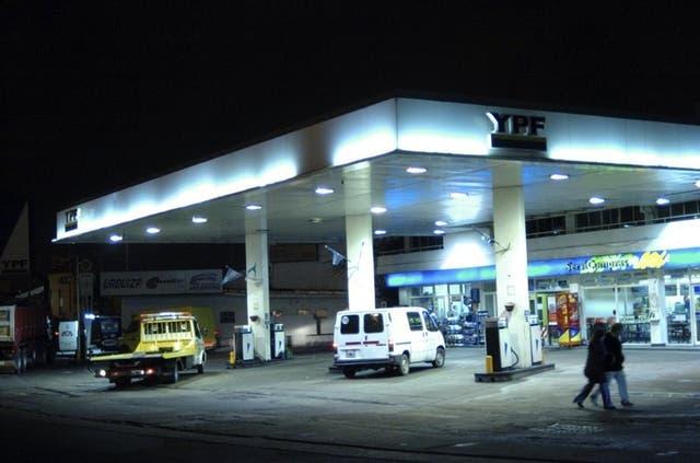 YPF quiere comprar la red de Shell en el país
