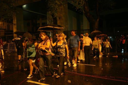 Cientos de fans despiden al cantante en la capilla ardiente del Congreso. Foto: LA NACION / Fernanda Corbani