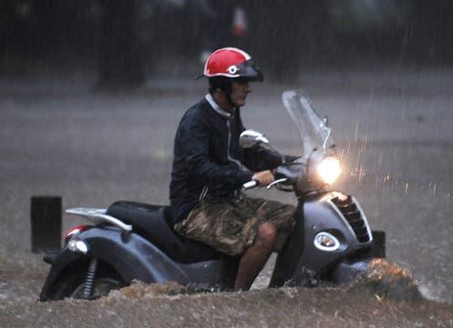 Buenos Aires colapsa otra vez por la intensa lluvia; cayeron 57 mm en una hora; la térmica llegó esta tarde a los 38°. Foto: AP