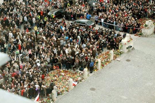 Miles de personas se reúnen frente al palacio presidencial en Varsovia. Foto: EFE