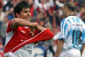 El Kun celebra tras su gran jugada ante Racing. Independiente