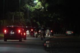 El desfile de autos es permanente y, tras quitarse los tocones, muchos vehículos invaden el césped