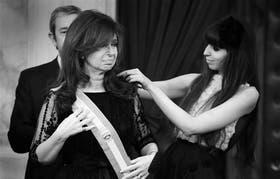 La Presidenta recibe la banda de manos de su hija Florencia, el 10 de diciembre pasado