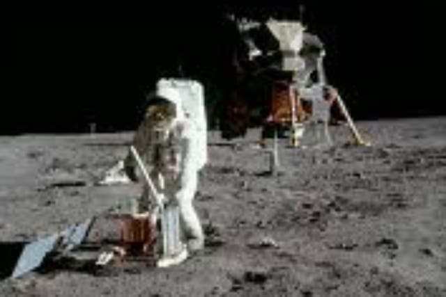 Sólo doce astronautas lograron caminar por la superficie lunar