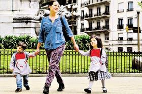 Macarena Escudero lleva a sus hijos al jardín, a dos cuadras de su casa, y luego sigue al trabajo, a diez