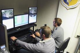 Efectivos de la Fuerza Aérea de EE.UU. manejan un avión no tripulado armado con misiles