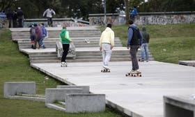 Los bancos de cemento son usados como rampas sobre las escaleras del parque Mujeres Argentinas
