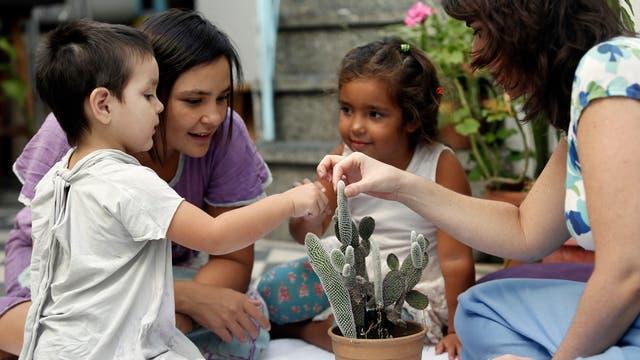 Rocco con su mamá, Silvana, Antonia y la maestra, Laura, en el taller Asteropel