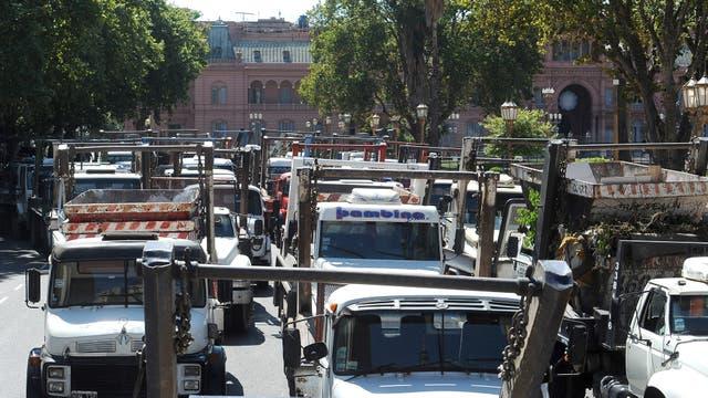 Caos de tránsito por una protesta de volquetes en Plaza de Mayo