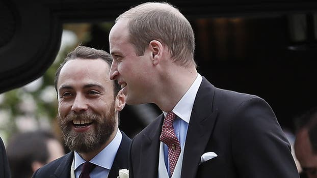 James Middleton, hermano menor de la duquesa de Cambridge y de la novia, junto con el príncipe Guillermo. Foto: AP / Kirsty Wigglesworth
