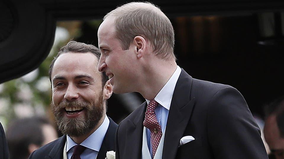 James Middleton, hermano menor de la duquesa de Cambridge y de la novia, junto con el príncipe Guillermo. Foto: AP / Kirsty Wigglesworth